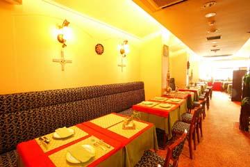 アンティーク家具と白い壁でトラディショナルなインドを再現