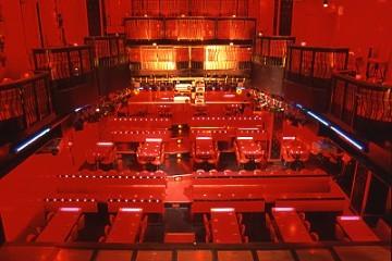 オペラ座をイメージさせる店内は3階吹き抜けとなっている