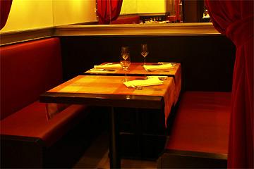 仕切られたテーブル席もあるので記念日やデートにも人気