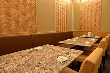 カウンターとテーブル席で構成された奥行きのある店内
