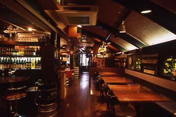 ドイツの瓶ビール&ワインが多数並ぶ落ち着いた雰囲気の店内