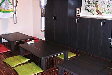 韓国の調度品を飾ったアットホームな雰囲気の店内、座敷席もあり