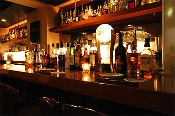 カウンター席でじっくりとお酒を楽しみたい