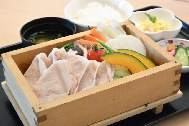 レストラン食事イメージ(いも豚ロースと季節野菜のセイロ蒸し)