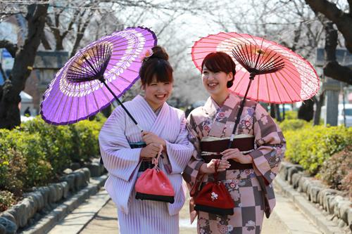 着物で鎌倉・段葛を散策。着付けもプロにおまかせください♪