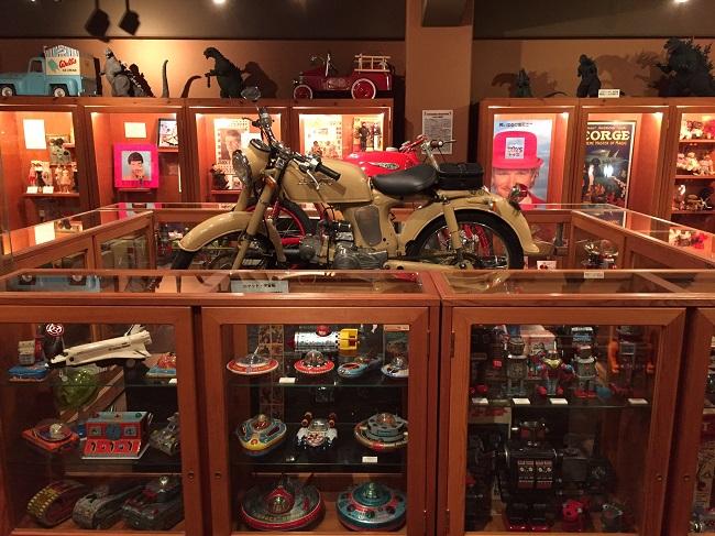 展示品バイクとブリキ