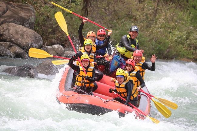利根川の激流を下るラフティングは迫力満点!