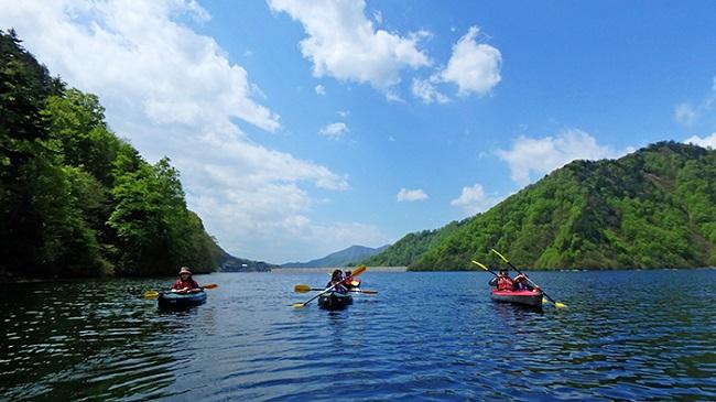 自然豊かな奈良俣湖をまったり進む「カヌー」