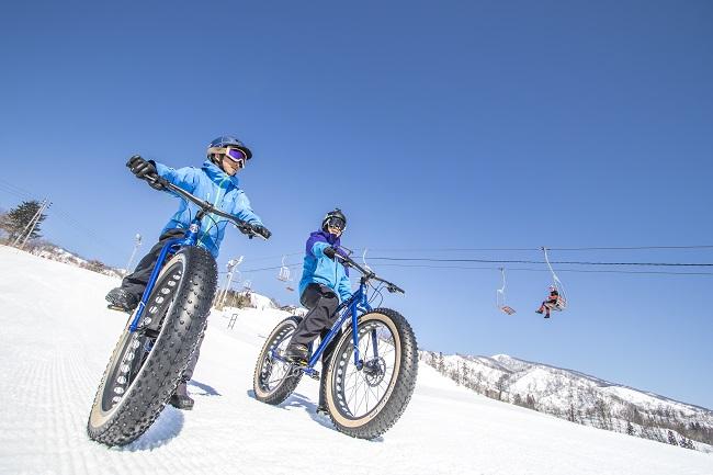ふかふかの雪に対応したファットバイクでここにしかない専用ゲレンデを疾走!