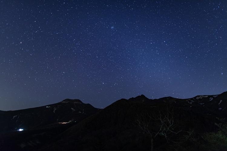 澄んだ空に広がる星