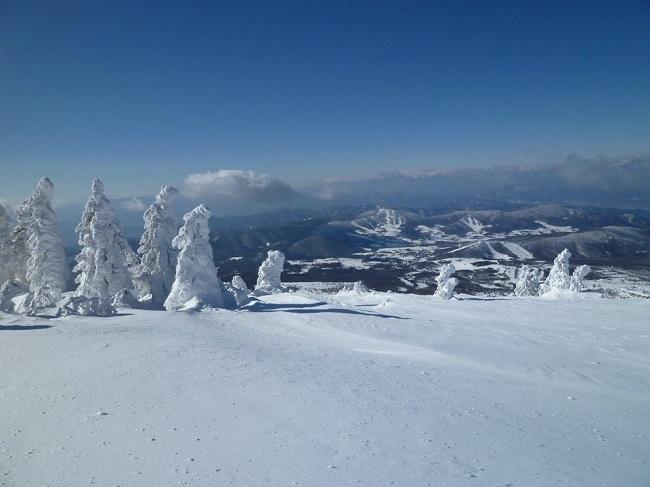 根子岳山頂にそびえる樹氷「スノーモンスター」